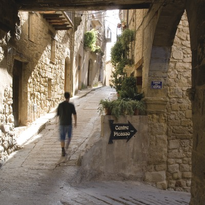 Village street with a signpost for the Picasso Centre museum  (Miguel Raurich)