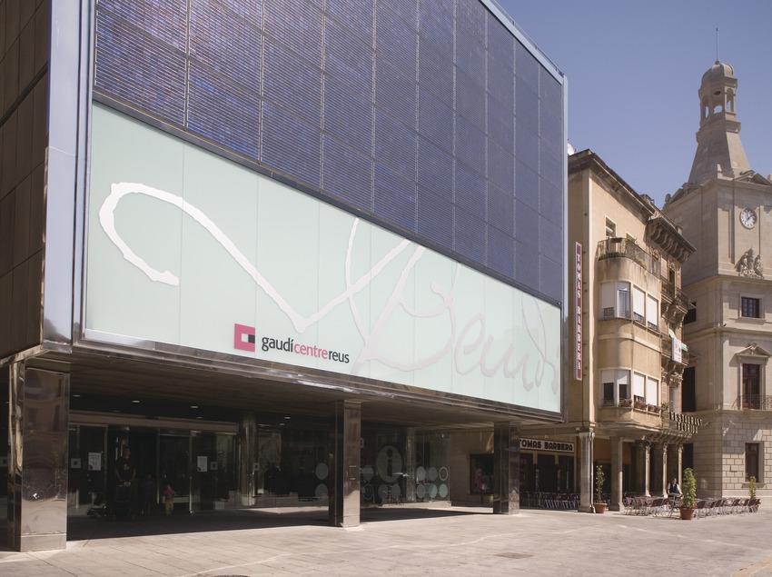 Centro Gaudíy Ayuntamiento de Reus en la Plaza del Mercadal.