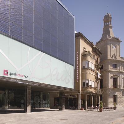 Centre Gaudíi Ajuntament de Reus a la plaça del Mercadal.