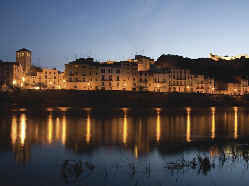 Vista nocturna de la localitat i el riu Ebre  (Miguel Raurich)