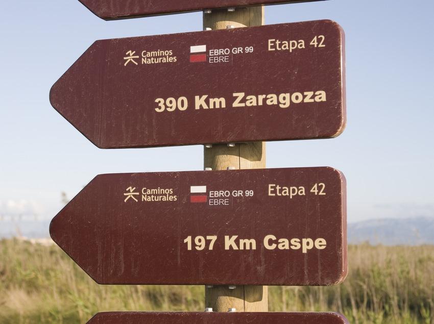 Panneaux indiquant les distances d'autres villes par où passe l'Èbre, delta de l'Èbre  (Miguel Raurich)
