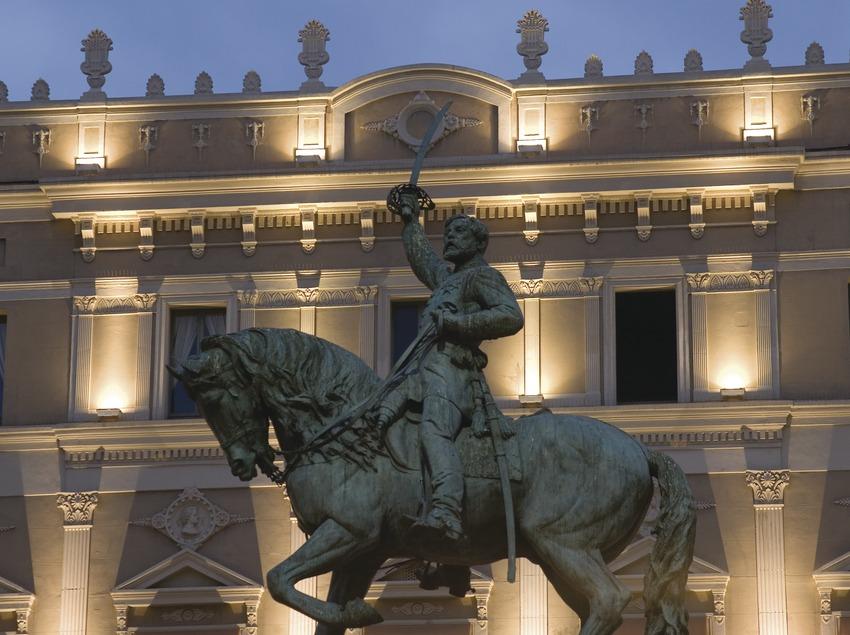 Vista nocturna del teatro Fortuny y el monumento al General Prim  (Miguel Raurich)