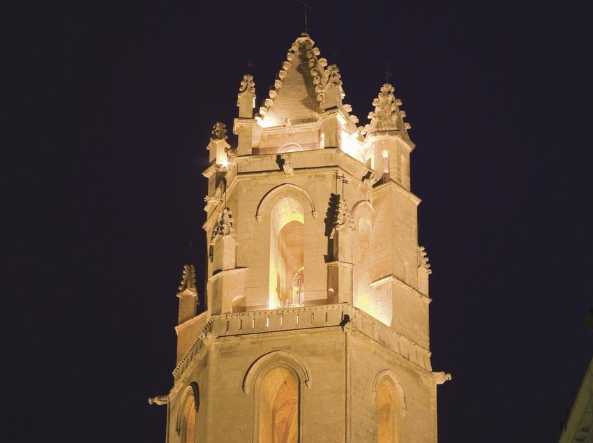 Vue nocturne du clocher de l'église priorale Sant Pere  (Miguel Raurich)