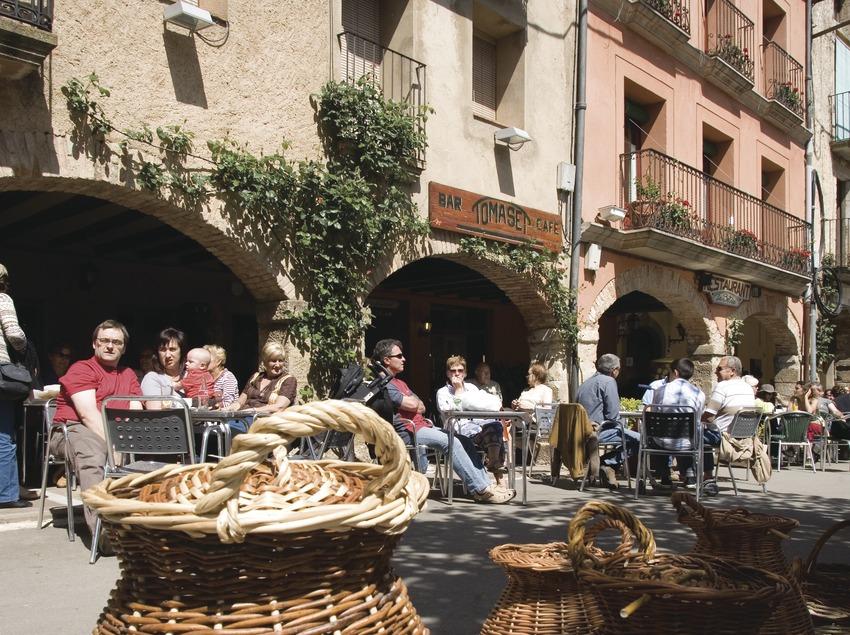 Parada de cistelles a la plaça Major en dia de mercat  (Miguel Raurich)
