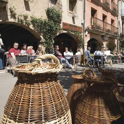 Étal de paniers sur la grand place un jour de marché  (Miguel Raurich)
