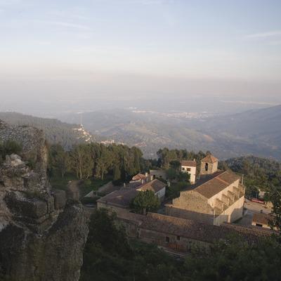 L'église Sant Miquel et la sierra de la Mussara