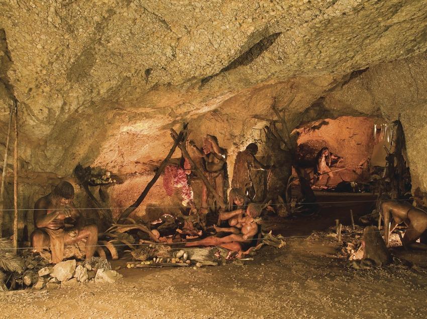Reproduction de la vie préhistorique dans la grotte-musée de la Font Major  (Miguel Raurich)