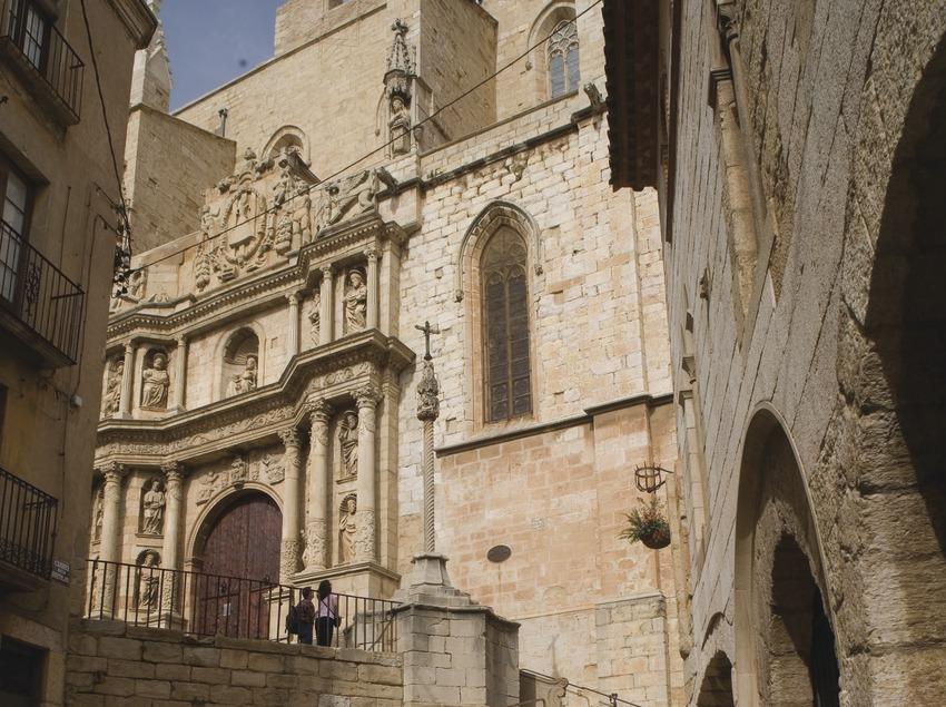 Casa Josa, a la derecha, e iglesia de Santa Maria  (Miguel Raurich)