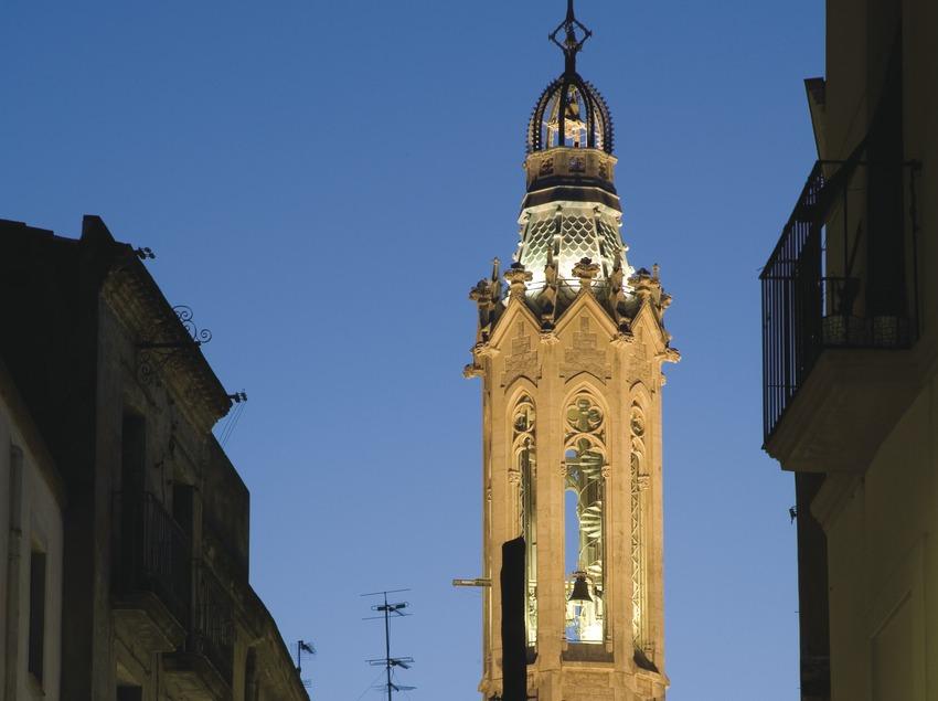 Vista nocturna del carrer Major i el campanar de l'església de Sant Joan  (Miguel Raurich)