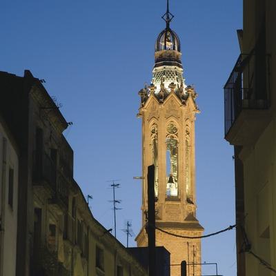 Vue nocturne de la grand rue et du clocher de l'église Sant Joan  (Miguel Raurich)