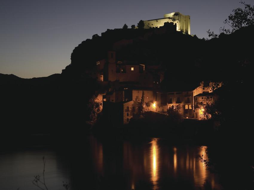 Vista nocturna des del riu Ebre al poble i castell templari  (Miguel Raurich)