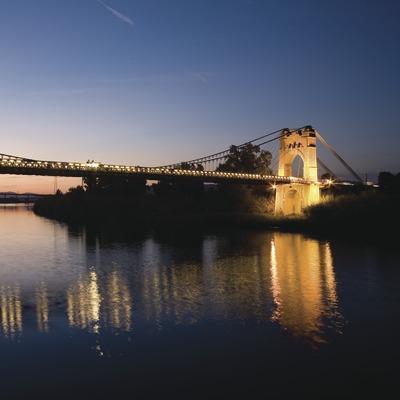 Vista nocturna del pont penjant sobre el riu Ebre