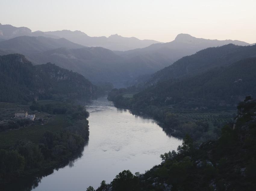 Vista del río Ebro desde el castillo templario, al fondo la Sierra de Cardós  (Miguel Raurich)