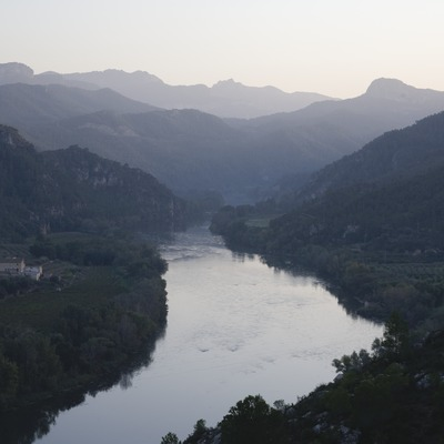 Vista del riu Ebre des del castell templari, al fons la serra de Cardós  (Miguel Raurich)