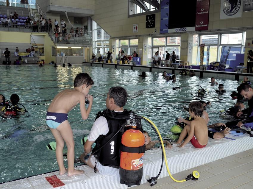 Дети учатся плаванию с аквалангом в городском бассейне Сабаделя (Andreu Llamas. Editorial Anthias, S.L.)