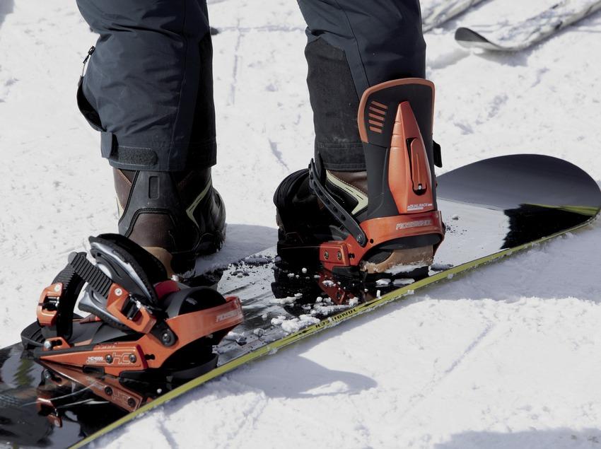 Primer pla d'un snowboard
