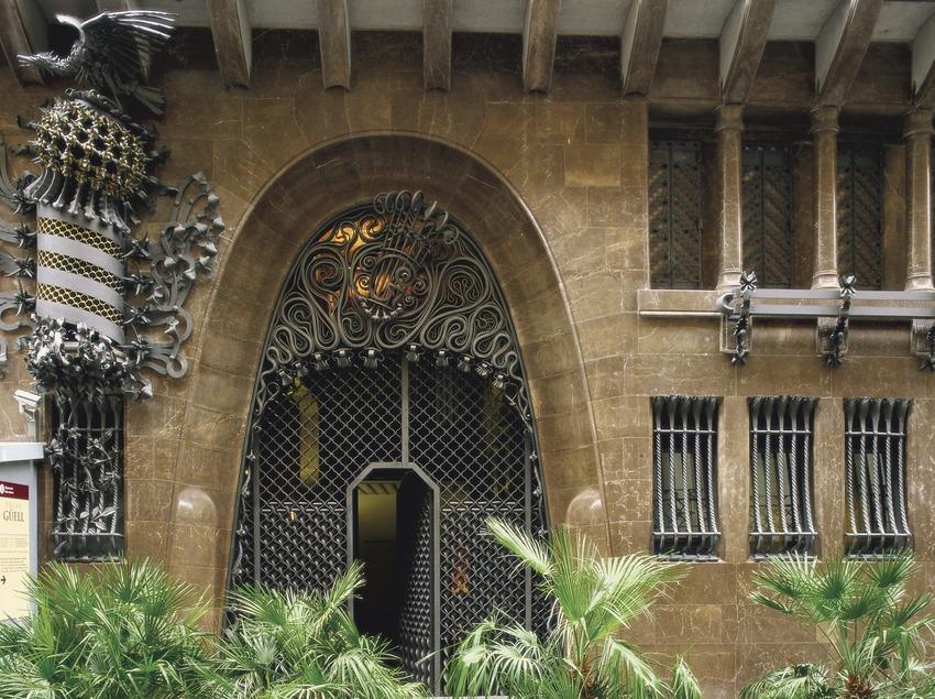 Дверь на главном фасаде дворца Гуэля (Imagen M.A.S.)
