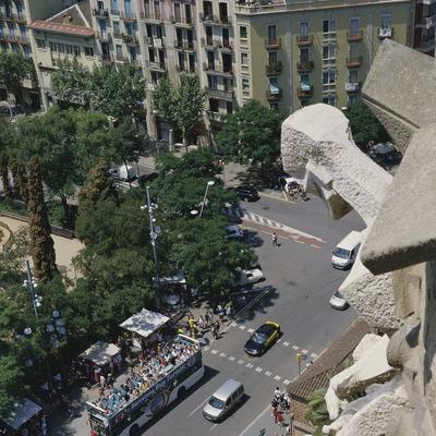 Touristenbus vor der Sühnekirche Sagrada Familia (Imagen M.A.S.)