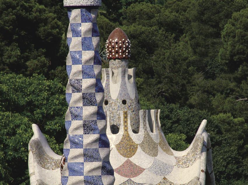 Detalles de los tejados de los pabellones de la entrada principal del Park Güell