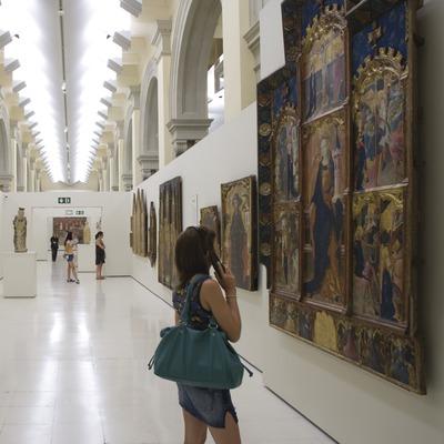 Visitants a les sales d'art gòtic del Museu Nacional d'Art de Catalunya  (Imagen M.A.S.)