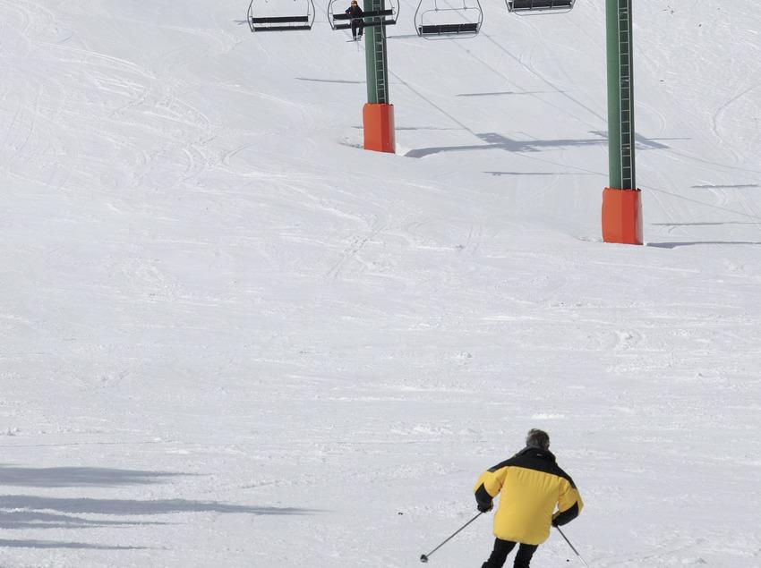 Лыжник и кресельный подъемник на горнолыжном курорте Мазелья (Nano Canas)