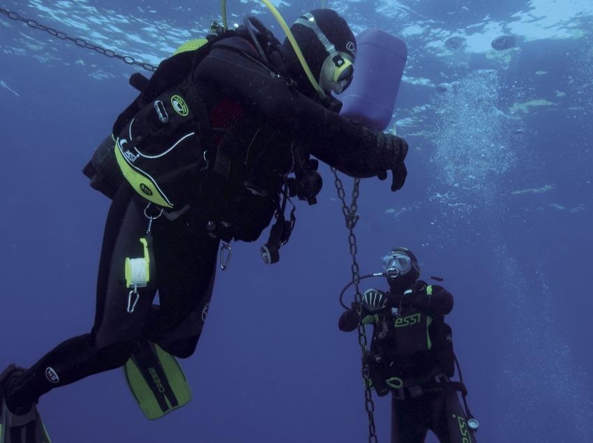 Submarinistas haciendo una parada de descompresión en el Furió Fitó