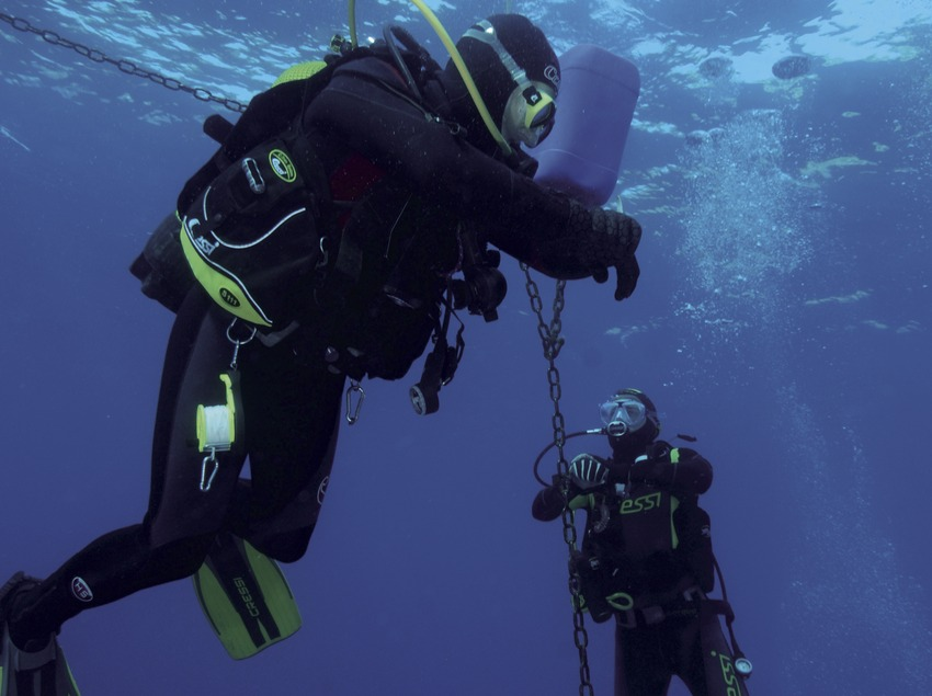 Submarinistes fent una parada de descompressió al Furió Fitó (Andreu Llamas. Editorial Anthias, S.L.)