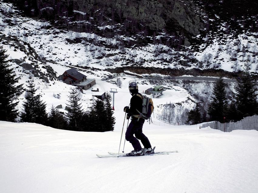 Skieur avec la station de Tavascan en arrière-plan (Nano Canas)