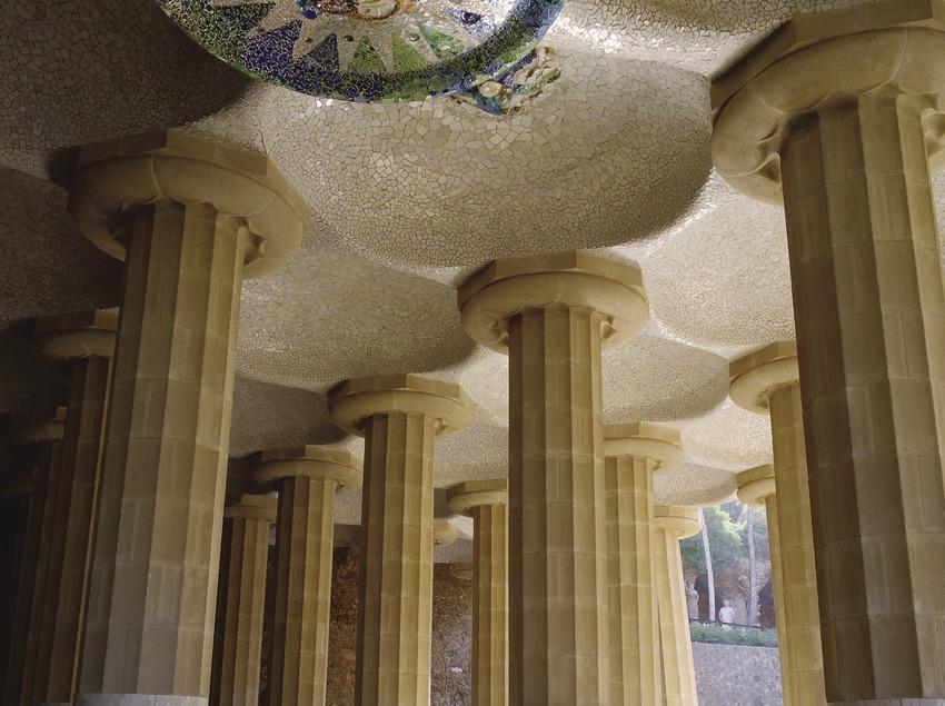 Turista a la sala hipòstila del Parc Güell