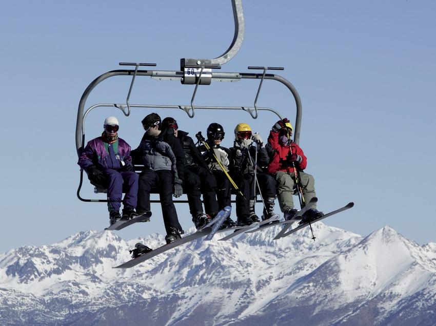 Лыжники на кресельном подъемнике на горнолыжном курорте Порт-Айне