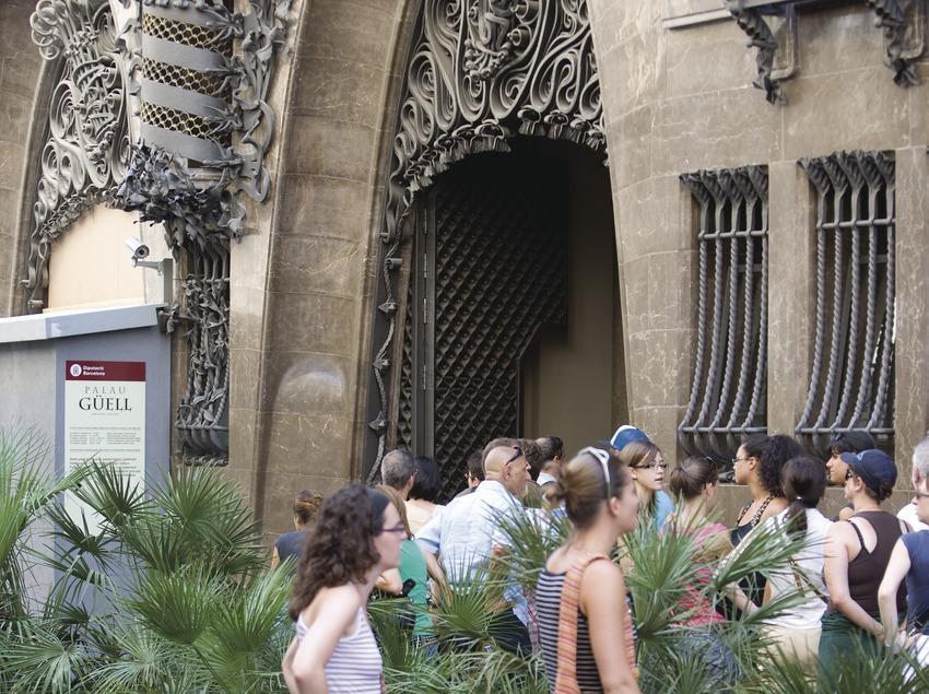 Turistes a l'entrada del Palau Güell  (Imagen M.A.S.)