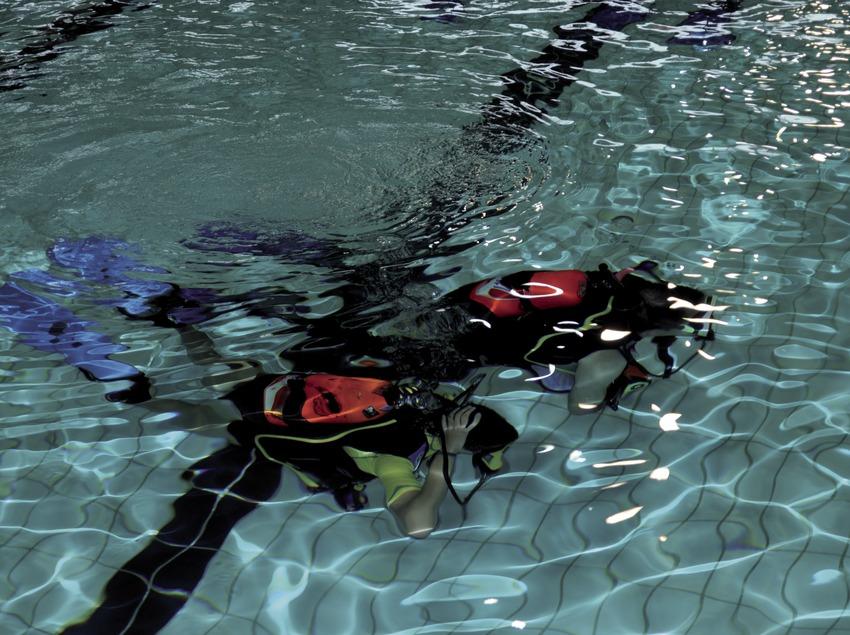 Пара аквалангистов тренируется в городском бассейне Сабаделя (Andreu Llamas. Editorial Anthias, S.L.)