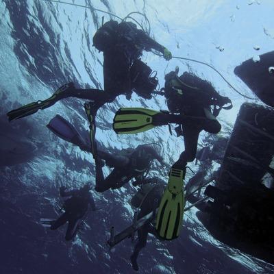 Plongeurs retournant à l'embarcation après une immersion dans les Cañones de Tamariu