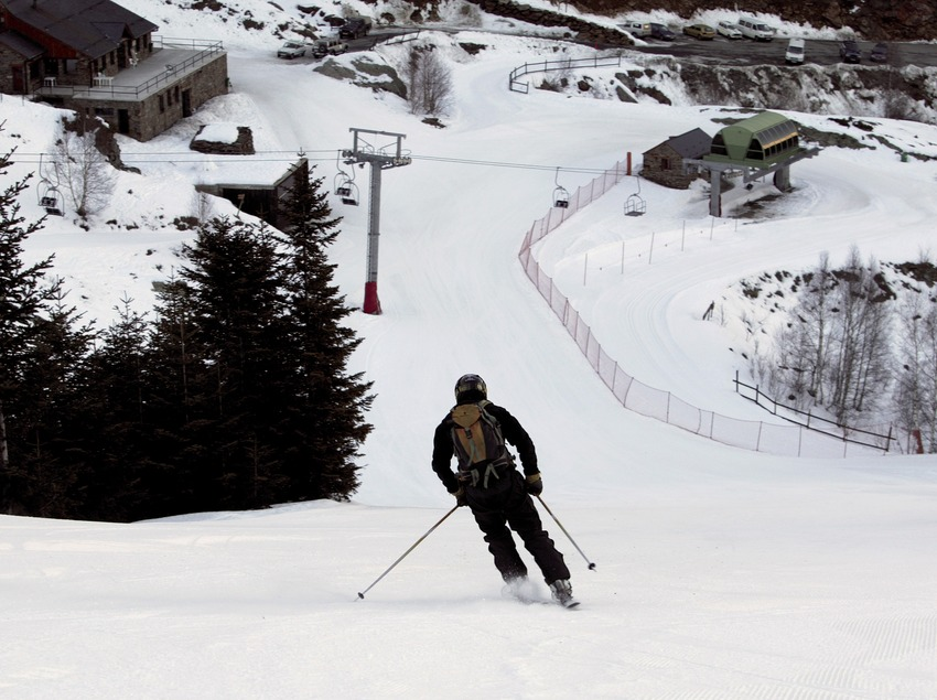 Skieur effectuant une descente à la station de Tavascan (Nano Canas)