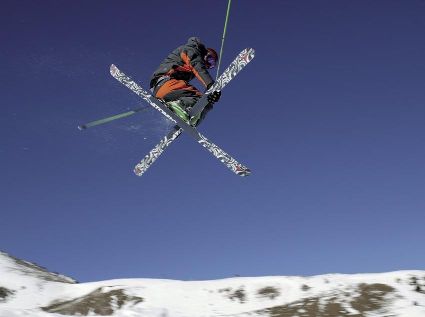 Esquiador haciendo una acrobacia