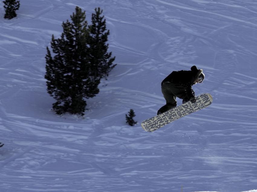 Saut en snowboard à la station de ski de Port Ainé (Nano Canas)