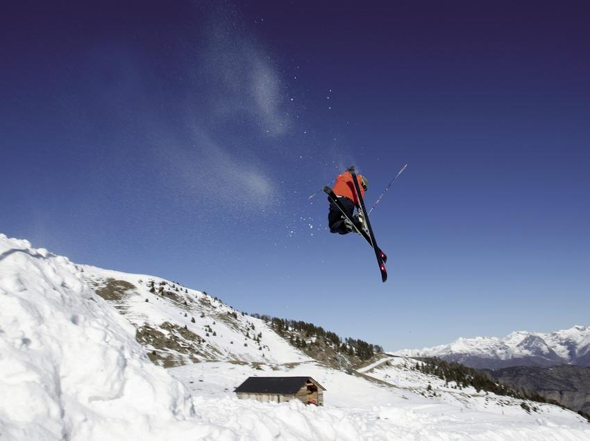 Esquiador fent un salt a l'estació d'Espot Esquí (Nano Canas)
