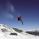 Esquiador fent un salt a l'estació d'Espot Esquí