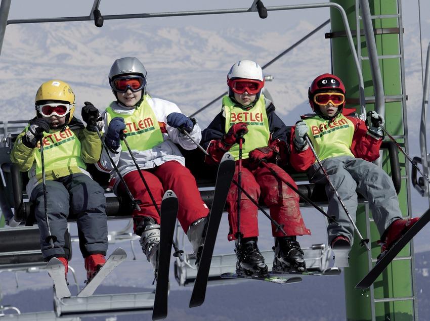 Юные лыжники на кресельном подъемнике на горнолыжном курорте Ла-Молина (Nano Canas)