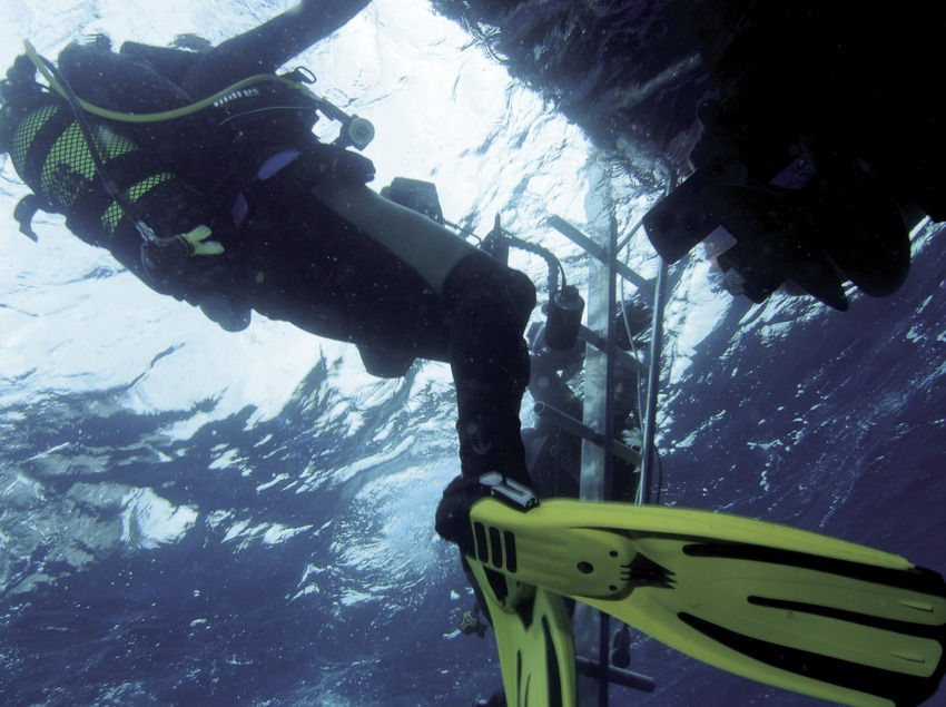 Submarinistas regresando a la embarcación después de una inmersión en los Cañones de Tamariu