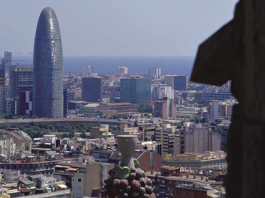 Vista de la ciudad con la torre Agbar desde el Templo Expiatorio de la Sagrada Familia (Imagen M.A.S.)