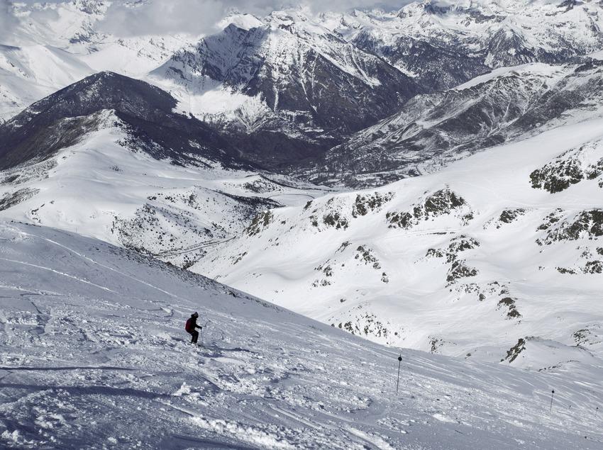 Descenso en la estación de esquí de Boí-Taüll, con el valle al fondo