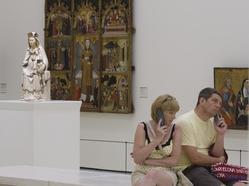 Visitantes a las salas de arte gótico del Museu Nacional d'Art de Catalunya.  (Imagen M.A.S.)