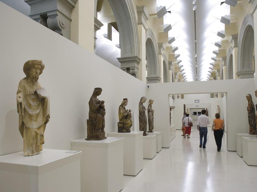 Sala dedicada a la escultura románica en el Museu Nacional d'Art de Catalunya.