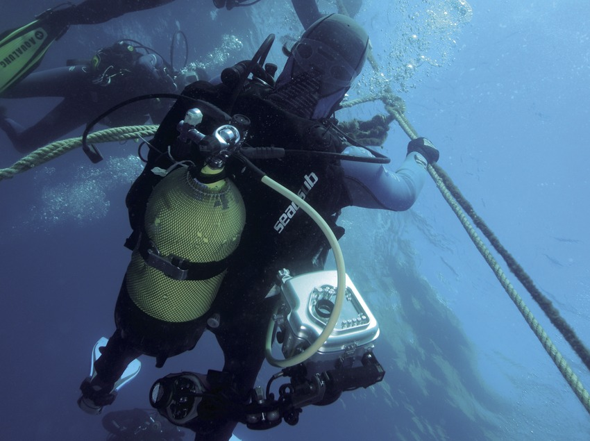 Submarinistas haciendo una parada de descompresión en el Tabal (Andreu Llamas. Editorial Anthias, S.L.)