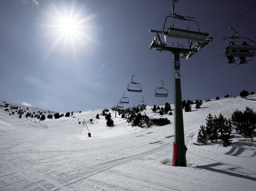 Кресельный подъемник на горнолыжном курорте Ла-Молина