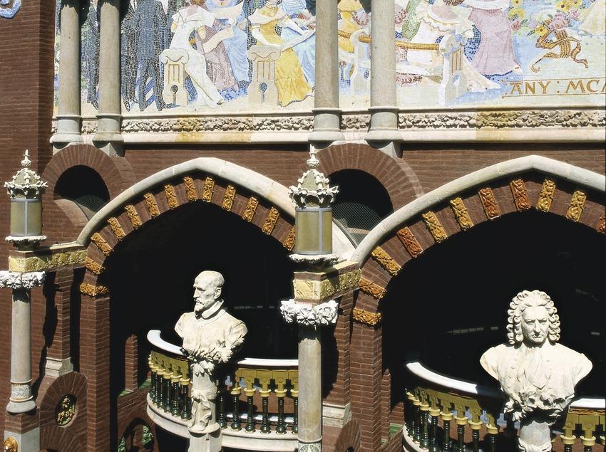 Mosaico de Lluís Bru y bustos en la fachada del Palau de la Música Catalana