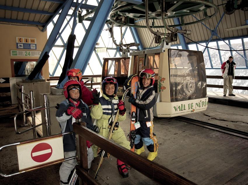 Petits esquiadors a l'estació del telefèric de la Vall de Núria