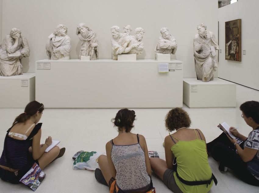 Visitants en una de les sales d'art del renaixement i barroc del Museu Nacional d'Art de Catalunya  (Imagen M.A.S.)