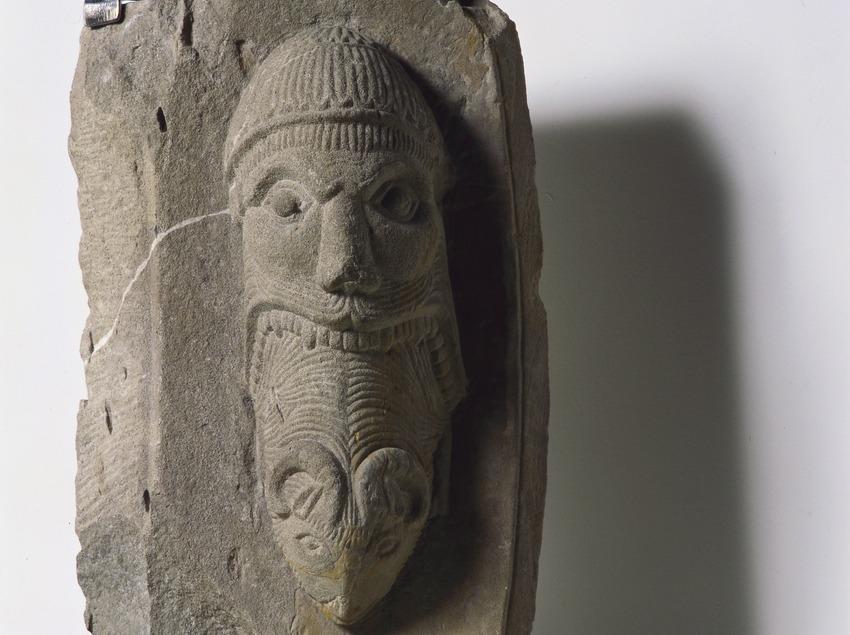 Dovela de Ripoll (siglo XII). Museu Nacional d'Art de Catalunya.  (Imagen M.A.S.)